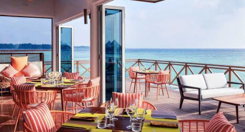 Mercure Maldives Kooddoo Resort : Restauration